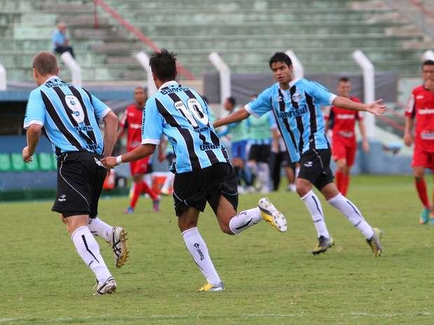 Fabian corre para abraçar Lucas Coelho, autor de dois gols em Prudente Foto: Gustavo Sawada / Futura Press