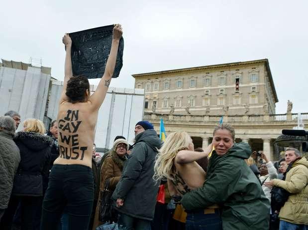 O grupo protestava pelos direitos dos gays e contra recentes declarações do papa contrárias ao casamento entre homossexuais Foto: Vicenzo Pinto / AFP