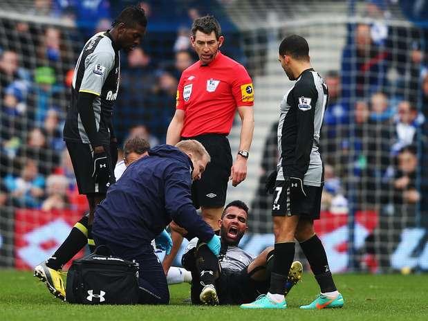 Sandro no momento em que sentiu a lesão no joelho durante jogo do Tottenham Foto: Getty Images