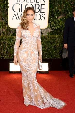 Sexy como de costume, Jennifer Lopez optou por um Zuhair Murad para pisar no tapete vermelho. O modelo nude de mangas longas era todo ornamentado com bordados em branco Foto: Getty Images