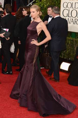 Taylor Swift deixou o estilo romântico de lado e, vestindo um Donna Karan, evidenciou suas curvas no modelo sereia. A peça ainda contava com um grande decote na parte de trás Foto: Getty Images