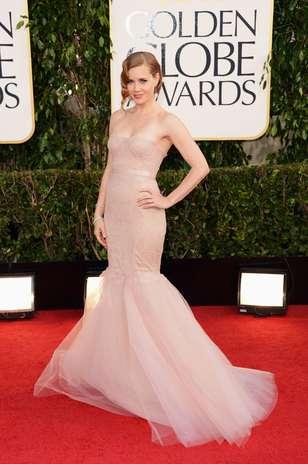 Amy Adams também apostou no modelo sereia com a cintura bem marcada. O vestido Marchesa tomara-que-caia ainda contava com cauda de tule Foto: Getty Images