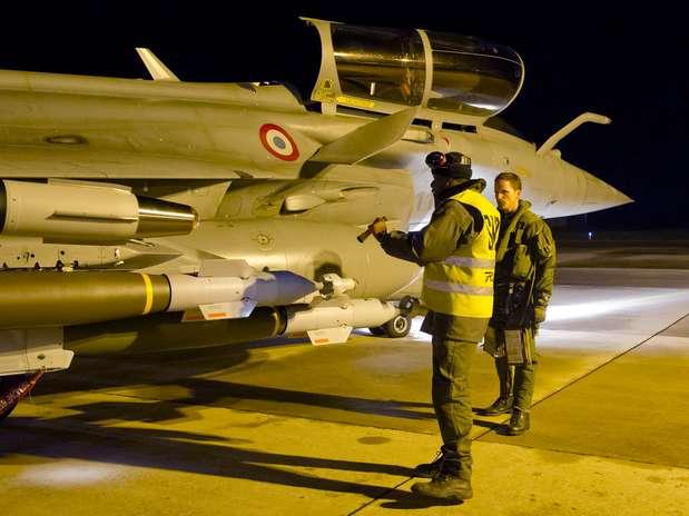 Militar francês faz os últimos ajustes em um caça Rafale em rota para o Mali Foto: AFP