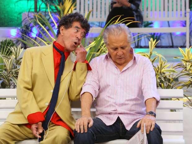 """Clayton Silva ficou famoso com o bordão \""""Tô de Olho no Sinhô\"""". Na foto, ele contracena com Carlos Alberto de Nóbrega Foto: SBT / Divulgação"""
