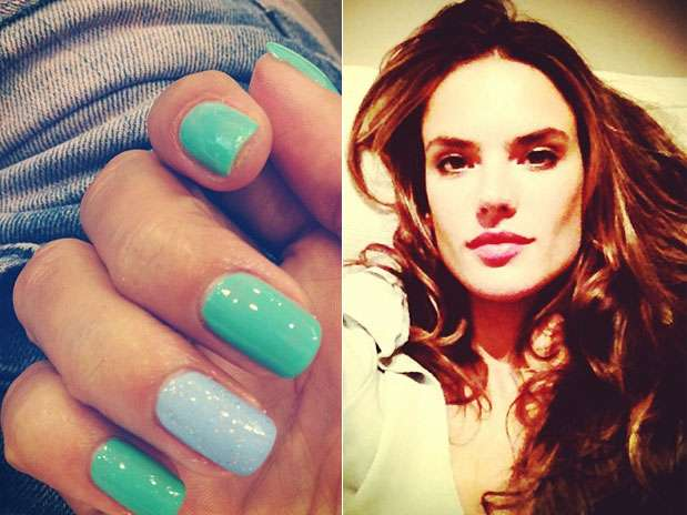 """Alessandra Ambrósio apostou na tendência \""""filha única\"""", com as unhas verdes e apenas uma em azul  Foto: Instagram / Divulgação"""