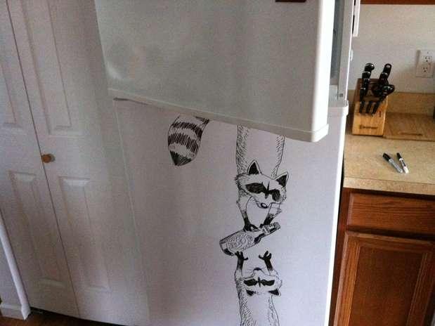 Usando as portas de sua geladeira comum para desenhar, o artista Charlie Layton percebeu que a superfície era muito parecida com as de lousas normais. Usando canetinhas, o artista, que mora na Filadélfia, nos Estados Unidos, começou a fazer desenhos mais ousados e passou a fazer alguns registros para posts em seu Tumblr, chamado Freeze Friday Foto: Tumblr Freeze Friday / Reprodução