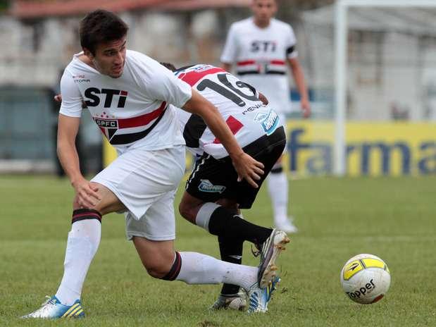 João Schmidt disputa jogada em campo que ficou ainda pior por causa da chuva em São Carlos Foto: Celio Messias / Gazeta Press