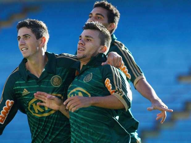 Bruno Dybal e Chico comemoram gol marcardo com apenas 1min de jogo Foto: Marcos Bezerra / Futura Press