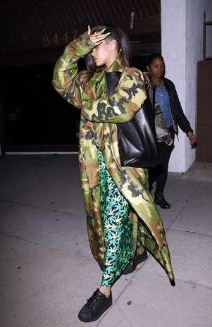 Rihanna foi vista deixando o estúdio em que trabalha com Chris Brown, em Los Angeles (EUA), sozinha Foto: The Grosby Group