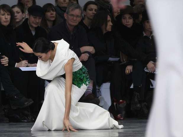 O desfile deStephane Rolland, realizado nesta terça-feira (22) durante a semana de alta-costura de Paris foi marcado pelo tombo de uma modelo na passarela Foto: Reuters