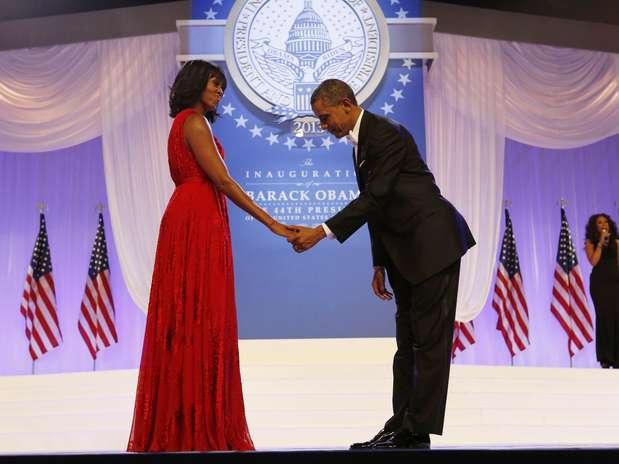 Obama faz uma reverência diante da mulher Michelle antes do início da dança Foto: Reuters