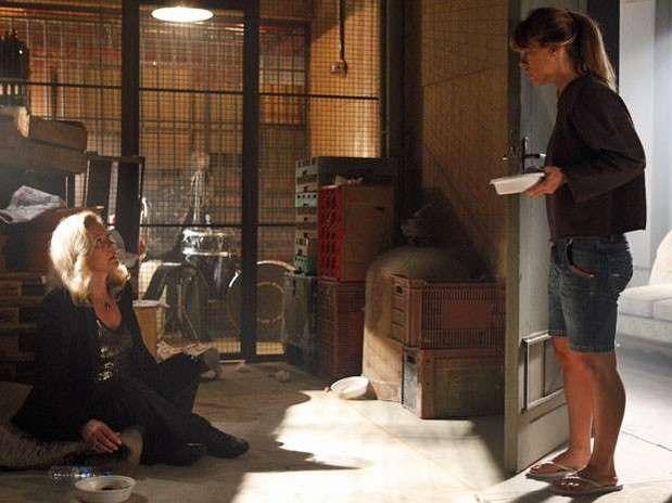 Jéssica (Carolina Dieckmann) leva um prato de comida para Morena (Nanda Costa), mas dá de cara com Irina (Vera Fischer) Foto: TV Globo / Divulgação