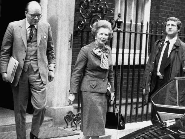 Imagem de 14 de abril de 1982 mostra a primeira-ministra britânica a caminho de uma reunião de emergência com o Parlamento a respeito da crise com a Argentina Foto: AP