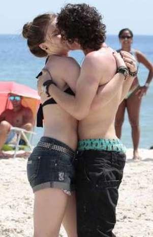 Guilherme Prates e Alice Wegmann vivem um casal na trama Foto: TV Globo / Divulgação