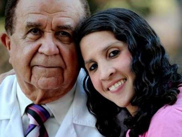 Auristela Viana posa ao lado do dr. Frederico Salles: apesar da aglossia, brasileira leva uma vida normal Foto: Reprodução
