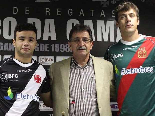 René Simões apresentou os novos reforços vascaínos: Thiaguinho (à esq.) e Michel Alves (à dir.) Foto: Marcelo Sadio / Vasco.com.br / Divulgação