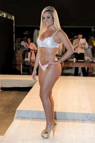5ac1c74d1 Ex-panicat exibe corpo escultural em desfile de lingerie. Confira fotos!