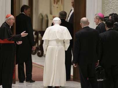 Papa Bento 16 (C) é visto ao deixar auditório no Vaticano após o final de uma audiência especial com padres da diocese de Roma. Bento 16 indicou nesta quinta-feira que pode ficar em isolamento, longe dos olhares públicos, após deixar o papado no final do mês. 14/02/2013 Foto:  Max Rossi / Reuters
