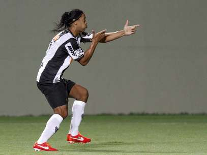 Em ótima fase, Ronaldinho marcou de pênalti e também fez um golaço no segundo tempo Foto: Reuters