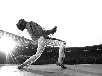 Em retrato de Neal Preston, Freddie Mercury se apresenta com o Queen no Estádio Wembley Foto: Neal Preston