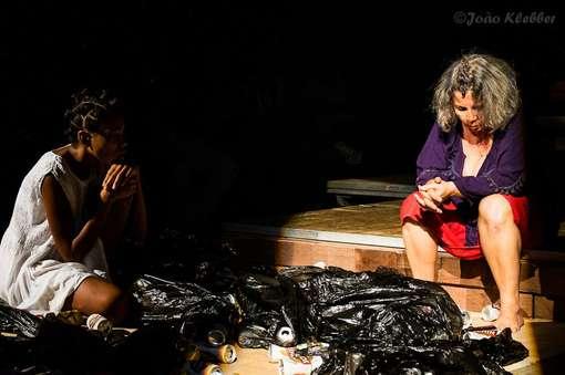 Iana Nascimento e Chica Carelli em Por que Hecuba Foto Joao Kleber