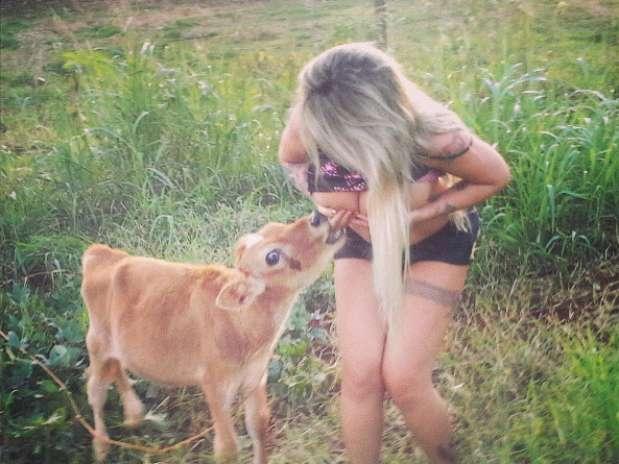 """Sabrina Boing Boing aparece """"Amamentando um Bezerro"""" em fazenda  janeiro 11, 2015"""