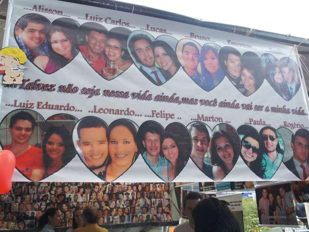 Uma faixa com casais que foram separados pela tragédia foi estendida na praça Saldanha Marinho Foto: Luiz Roese / Especial para Terra