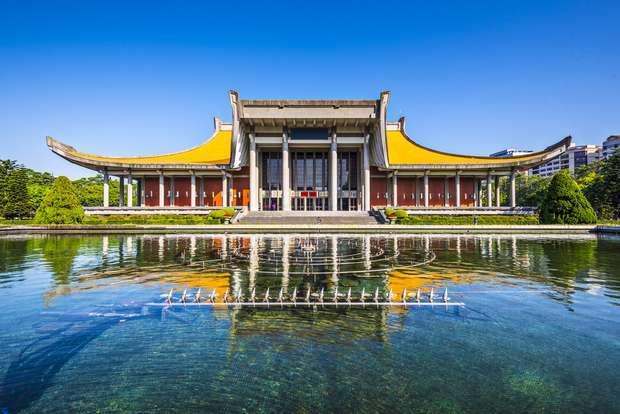 Teatro e Casa de Concertos Nacionais - Construídos em 1987 na mesma zona do Memorial Chiang Kai-shek, os prédios são os principais espaços culturais do país. Eles foram projetados em estilo tradicional de palácios chineses com telhados amarelos e pilares vermelhos. Além das performances de música, dança e teatro, os espaços também contam com galeria cultural e biblioteca Foto: Richie Chan/Shutterstock