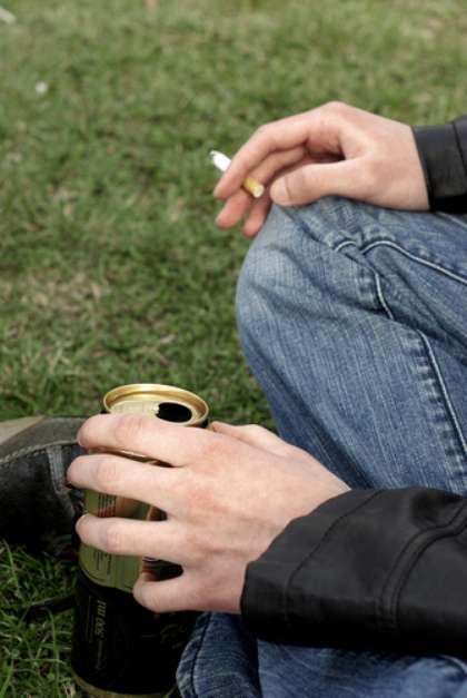O álcool e tabaco são os principais fatores de risco, de forma independente. Porém, quando associados, o potencial oncogênico aumenta de forma considerável, em até 140%. Há, ainda, outros fatores de risco: infecções, em especial pelo HPV e trauma repetitivo local, geralmente causado por próteses dentárias mal adaptadas. A doença é mais comum entre homens de 40 a 60 anos. A má higiene bucal também contribui para o surgimento da doença. Isso porque usuários de tabaco/álcool normalmente se descuidam da saúde oral, o que propicia infecções que contribuem para o quadro. Foto: Shutterstock