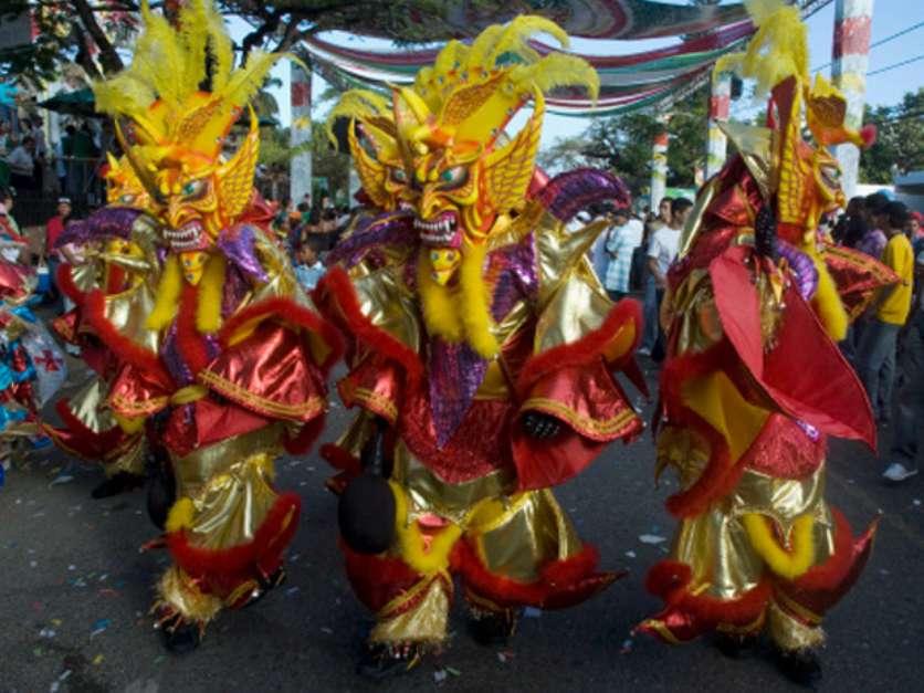 Rico em cores e detalhes, Carnaval dominicano ganha variações de acordo com a região em que é comemorado Foto: Shutterstock
