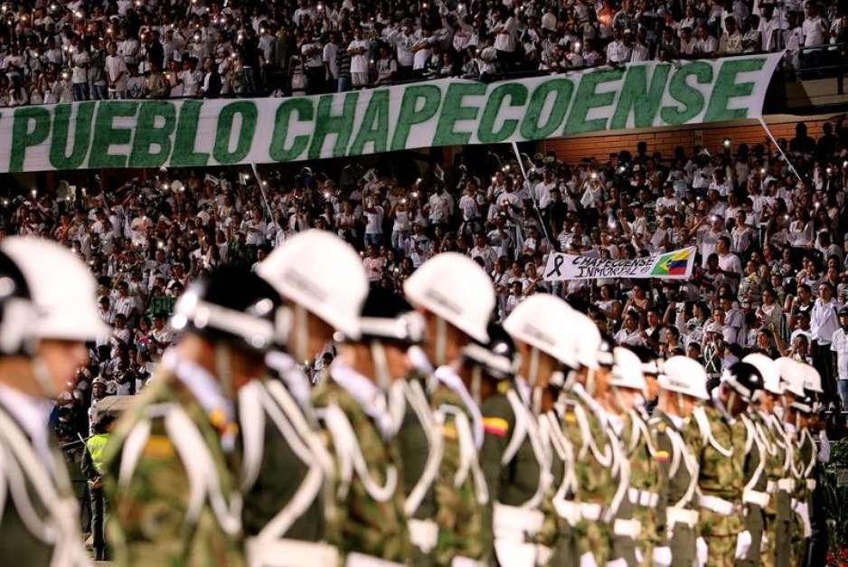Milhares de torcedores lotaram a Arena Condá, em Chapecó (SC), em noite de emocionante homangem nesta quarta-feira (30), no horário em que a Chapecoense enfrentaria o Atlético Nacional, da Colômbia, pela final da Copa Sul-americana Foto: EFE