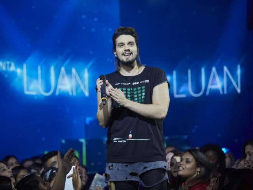 Luan Santana posou com uma guitarra e dividiu os fãs com a suposta mudança de carreira Foto: AGNews / PurePeople