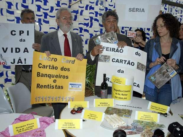 Parlamentares fazem ato, em 2008, logo após o escândalo dos cartões corporativos ganhar as manchetes Foto: Roosewelt Pinheiro / Agência Brasil