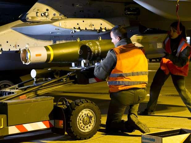 Soldado francês posiciona uma bomba no caça Rafale na base militar de Saint-Dizier Foto: AFP